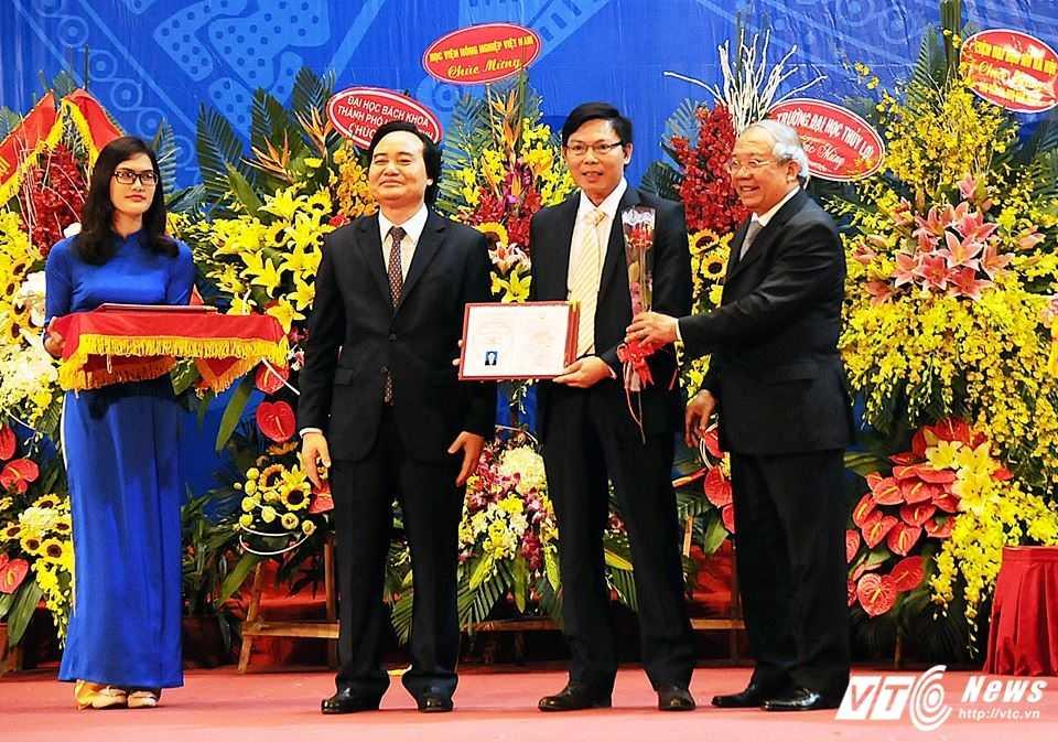 Pho Thu tuong Vu Duc Dam: 'GS, PGS la nhung tam guong nhan cach' hinh anh 2