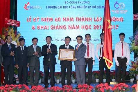Pho Thu tuong Vu Duc Dam: Sinh vien Viet khong duoc de 'thua chi, kem em' hinh anh 2