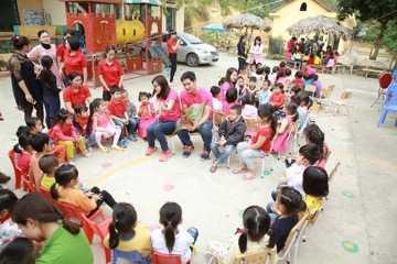 Hon 2.000 hoc sinh ngheo Yen Bai, Quang Nam co thu vien moi hinh anh 1
