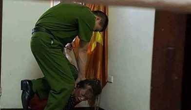 Truy tim doi tuong dang tin that thiet 'pho cong an huyen danh nguoi tai tru so' hinh anh 1