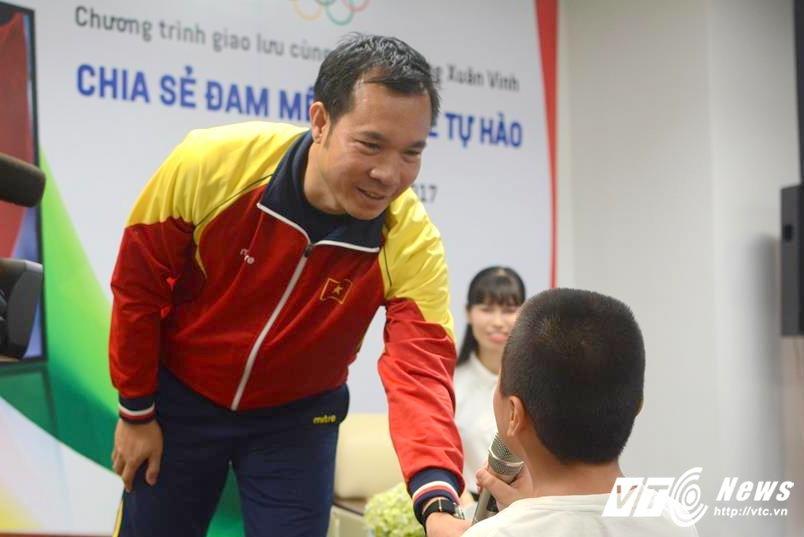Xa thu Hoang Xuan Vinh rang ro trong vong vay cua hoc sinh Ha thanh hinh anh 7