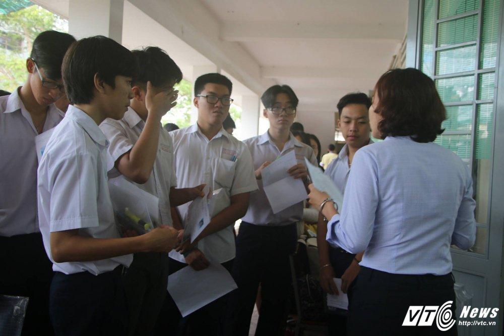Sang nay, hon 860.000 thi sinh lam bai thi mon Ngu van ky thi THPT Quoc gia 2017 hinh anh 3