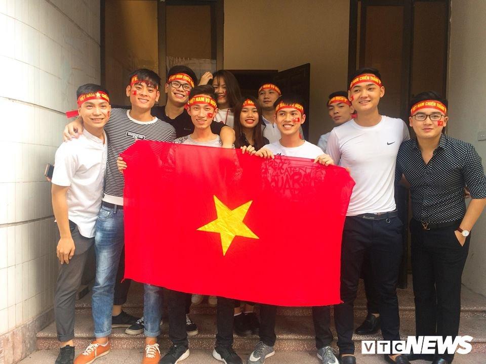 Truc tiep: Sinh vien Ha thanh keo den kin hoi truong co vu U23 Viet Nam hinh anh 2