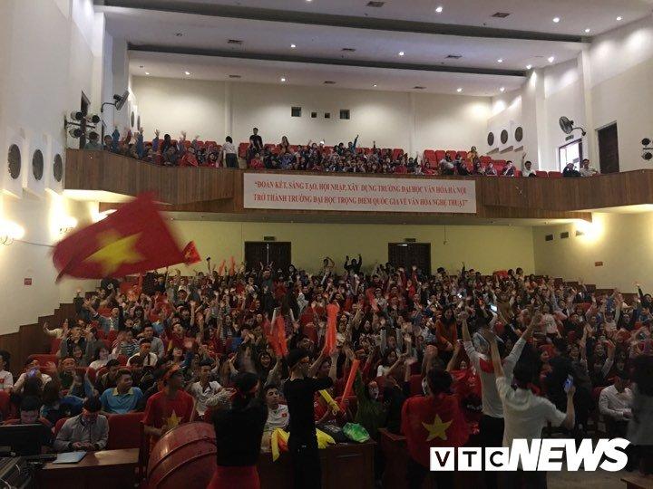 Truc tiep: Sinh vien Ha thanh keo den kin hoi truong co vu U23 Viet Nam hinh anh 9