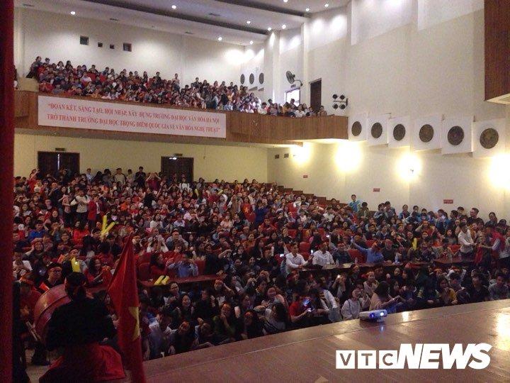 Truc tiep: Sinh vien Ha thanh keo den kin hoi truong co vu U23 Viet Nam hinh anh 10