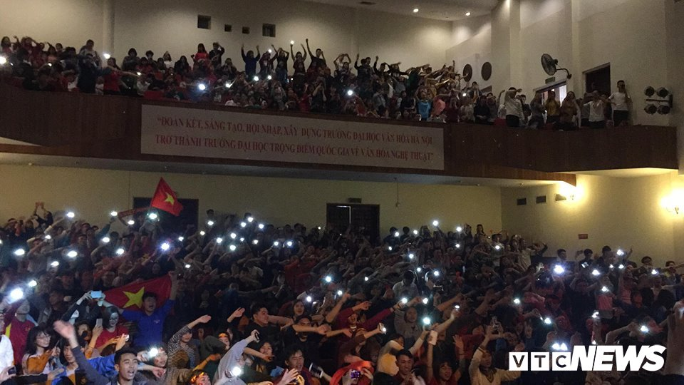 Sinh vien Ha thanh bat nghin den dien thoai, mung U23 Viet Nam vao chung ket hinh anh 1