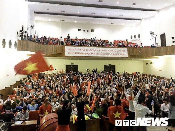 Truc tiep: Sinh vien Ha thanh keo den kin hoi truong co vu U23 Viet Nam hinh anh 8
