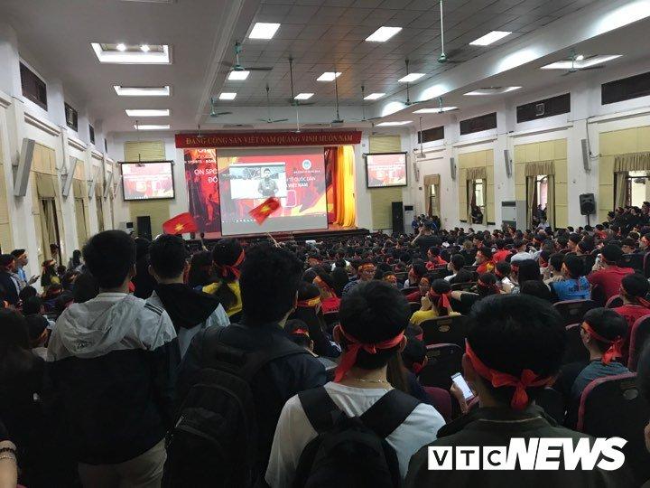 Truc tiep: Sinh vien Ha thanh keo den kin hoi truong co vu U23 Viet Nam hinh anh 15