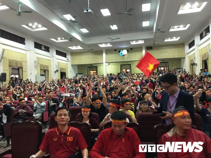 Truc tiep: Sinh vien Ha thanh keo den kin hoi truong co vu U23 Viet Nam hinh anh 11