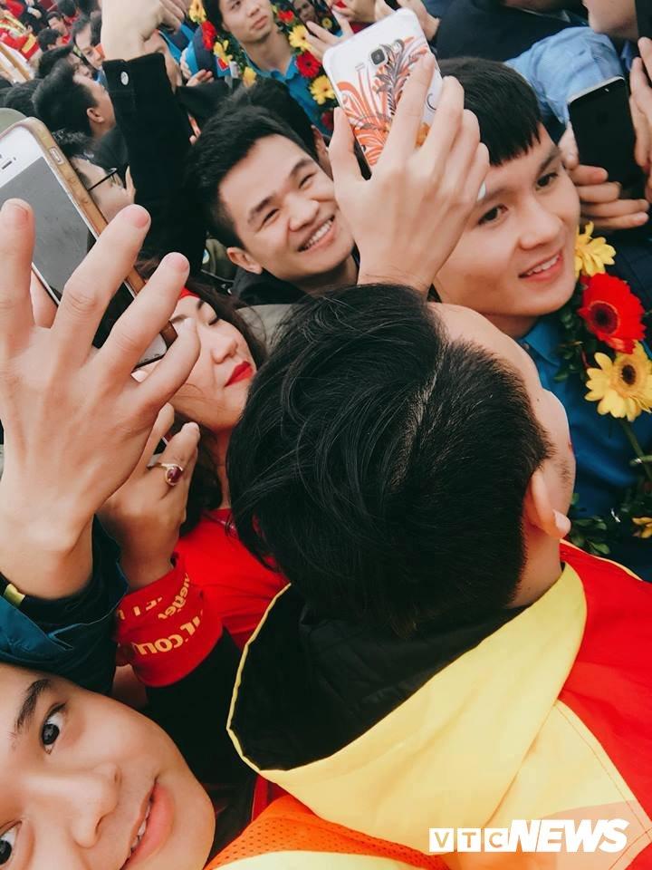 Truc tiep le don U23 Viet Nam ve nuoc: Khong khi soi dong chua tung co hinh anh 83