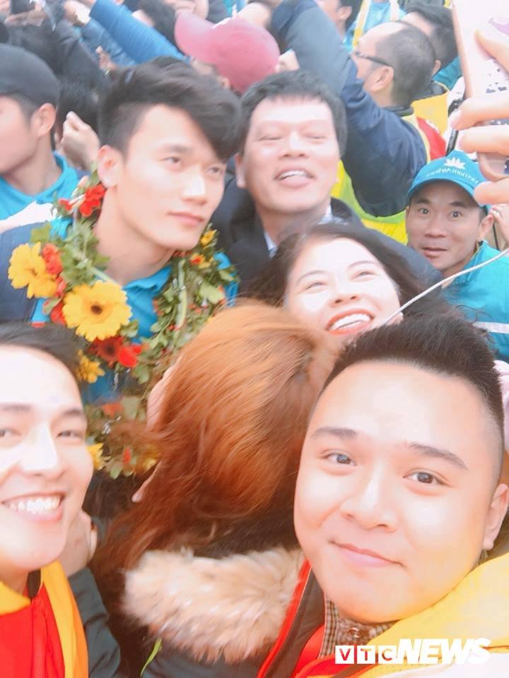 Truc tiep le don U23 Viet Nam ve nuoc: Khong khi soi dong chua tung co hinh anh 81