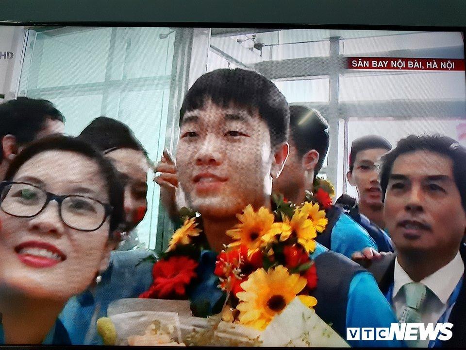 Truc tiep le don U23 Viet Nam ve nuoc: Khong khi soi dong chua tung co hinh anh 75