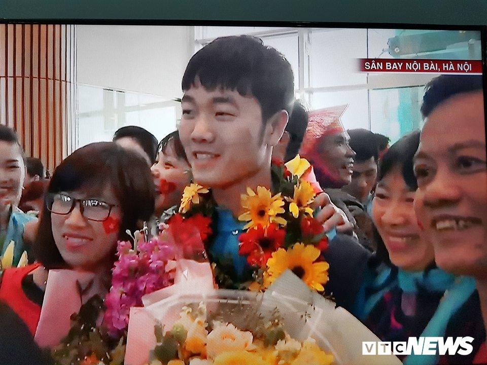 Truc tiep le don U23 Viet Nam ve nuoc: Khong khi soi dong chua tung co hinh anh 77