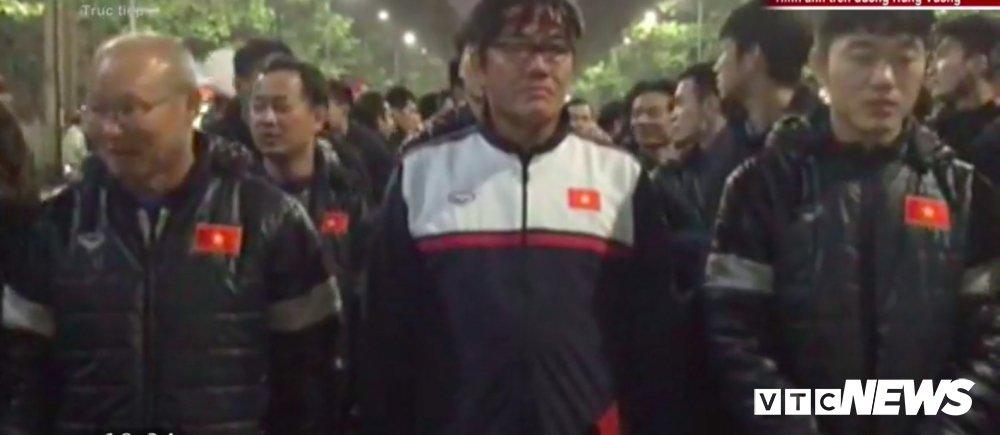 Truc tiep le don U23 Viet Nam ve nuoc: Khong khi soi dong chua tung co hinh anh 7