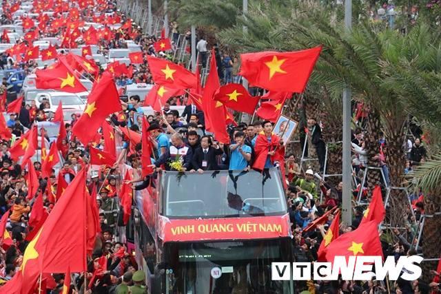 Cau thu U23 Viet Nam phat om vi 'chay show' mung cong hinh anh 1