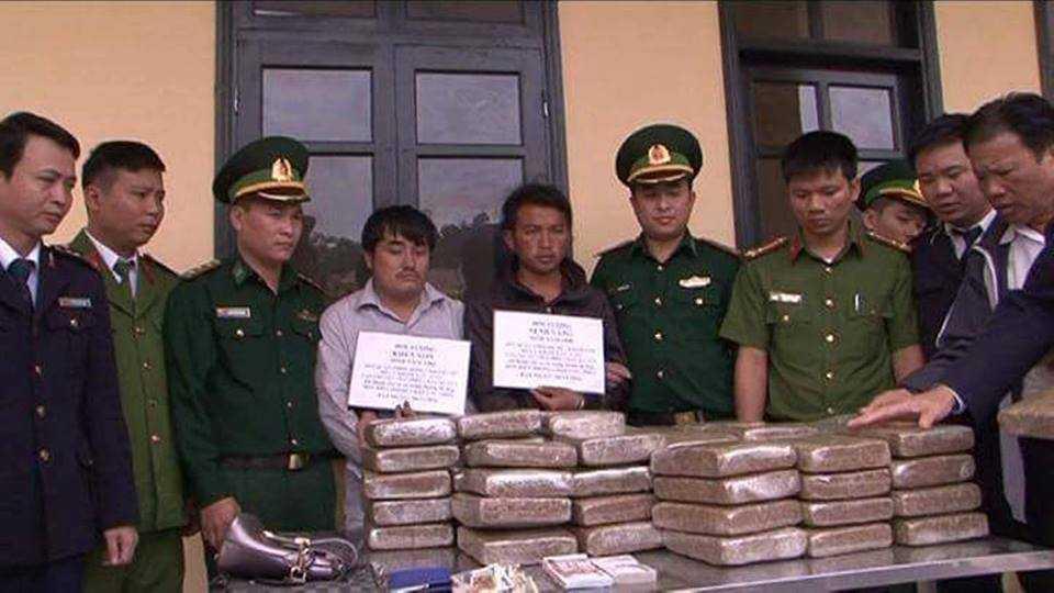 Bat 2 nguoi Lao van chuyen 60kg can sa vao Viet Nam hinh anh 1