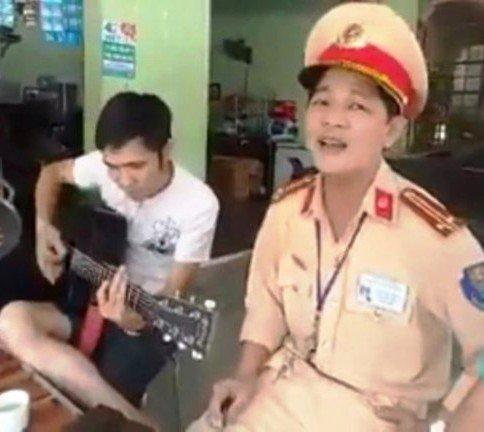 Video: CSGT Nghe An ngoi hat 'Ha Noi mua vang nhung con mua' cung tai xe vi pham hinh anh 1