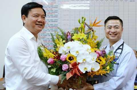Bi thu Thang tham bac si Viet kieu 'bo giau sang' ve kham benh o que nha hinh anh 1
