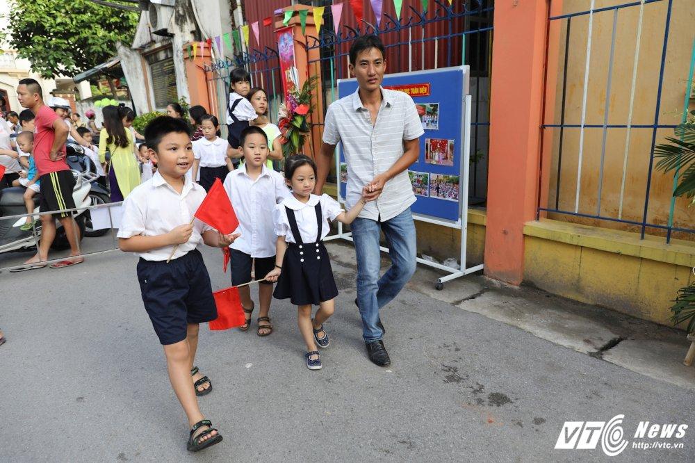 PTT Vu Duc Dam: 'Dai bieu phai chao don hoc sinh thay vi hoc sinh phai vay chao trong ngay khai giang' hinh anh 1