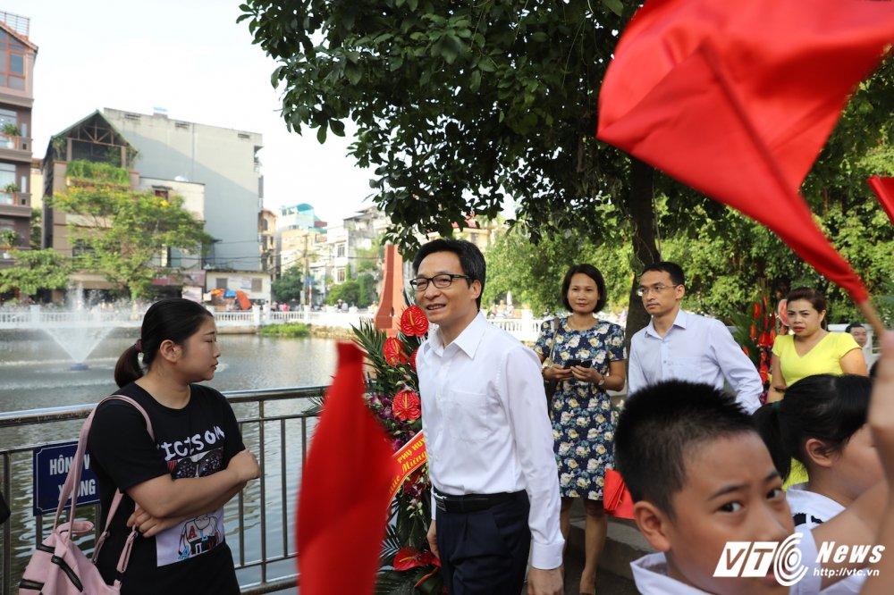 PTT Vu Duc Dam: 'Dai bieu phai chao don hoc sinh thay vi hoc sinh phai vay chao trong ngay khai giang' hinh anh 7