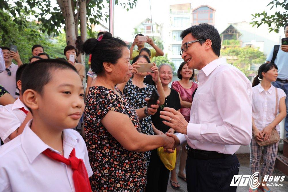 PTT Vu Duc Dam: 'Dai bieu phai chao don hoc sinh thay vi hoc sinh phai vay chao trong ngay khai giang' hinh anh 9