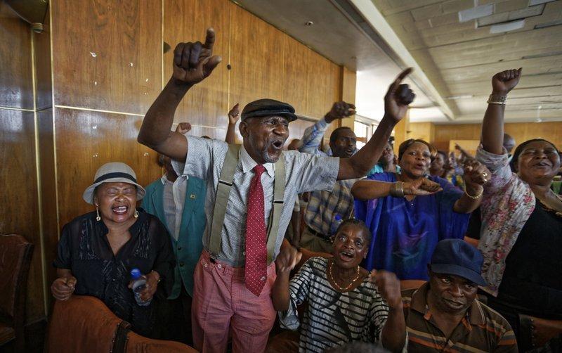 Nhan dan Zimbabwe vo oa sung suong chao mung dat nuoc moi hinh anh 10