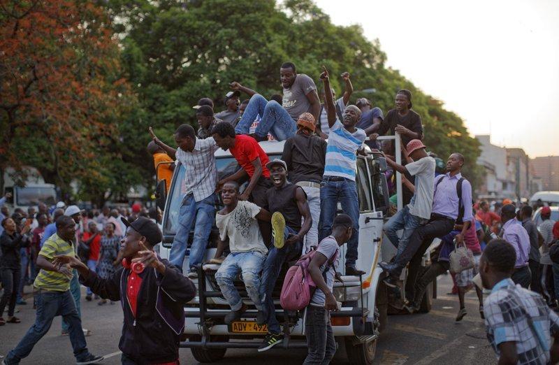 Nhan dan Zimbabwe vo oa sung suong chao mung dat nuoc moi hinh anh 6
