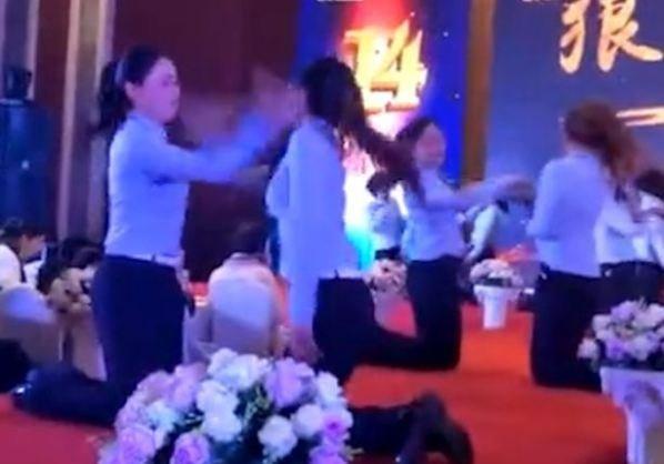 Video: Cong ty bat nhan vien quy goi tat nhau de xay dung tinh than dong doi gay phan no hinh anh 1