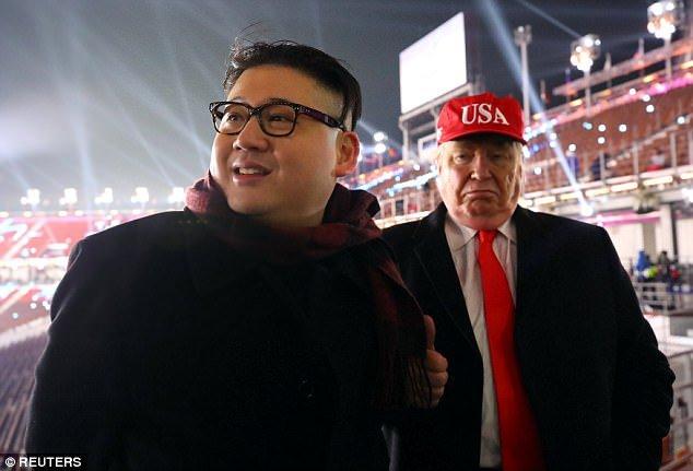 Video: Ban sao ong Trump, ong Kim Jong-un xuat hien ben le The van hoi mua dong 2018 hinh anh 3