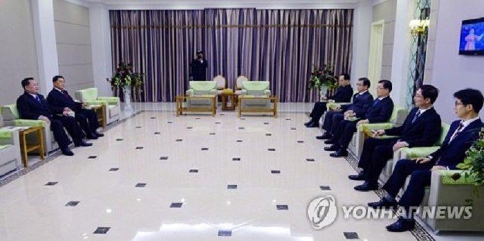 Lanh dao Trieu Tien Kim Jong-un lan dau truc tiep gap mat doan quan chuc Han Quoc hinh anh 1