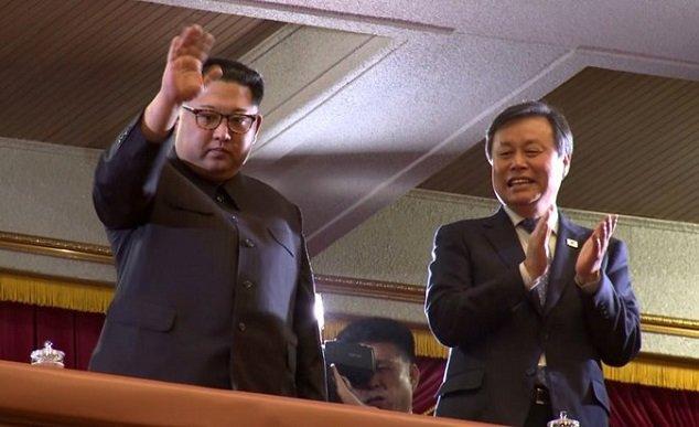 Video, anh: Lanh dao Trieu Tien Kim Jong-un xem nghe sy Kpop bieu dien hinh anh 2