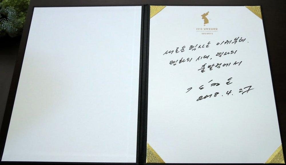 Ông Kim viết trong sổ lưu niệm về một lịch sử mới bắt đầu, một kỷ nguyên hòa bình.