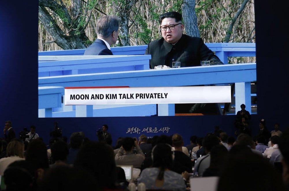 Ông Kim và ông Moon có cuộc trò chuyện riêng dài khoảng 30 phút.