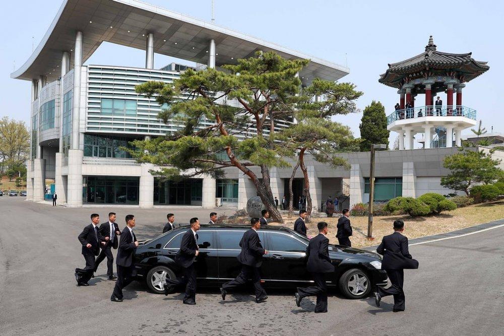 Vệ sỹ bên cạnh chiếc xe chở lãnh đạo Triều Tiên đến Bàn Môn Điếm.