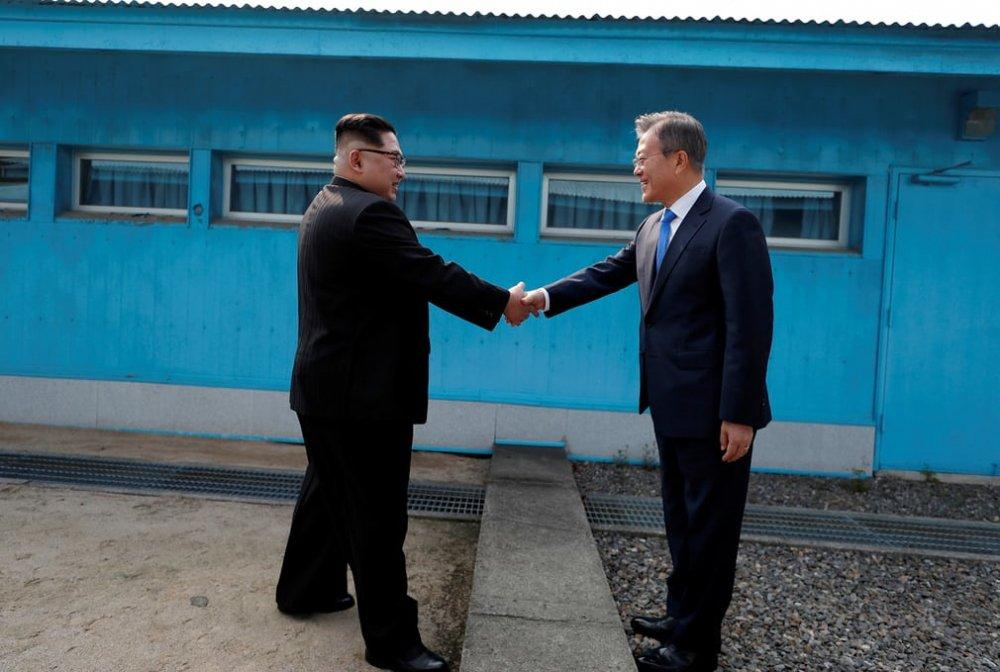 Khoảnh khắc đầu tiên của cuộc gặp gỡ lịch sử trong vòng một thập kỷ.