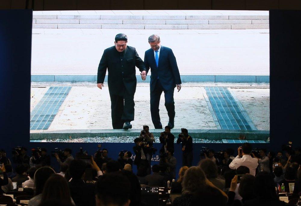 Ông Kim Jong-un đặt bước chân lịch sử qua biên giới liên Triều trước hàng nghìn nhà báo quốc tế.