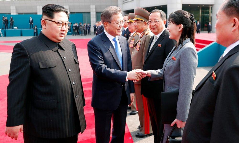 Ông Kim giới thiệu em gái Kim Yo-jong và phái đoàn Triều Tiên.