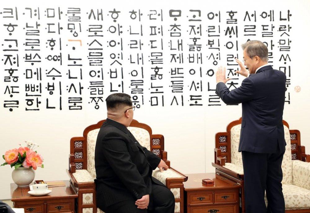 Tổng thống Moon nói về tác phẩm nghệ thuật lấy cảm hứng từ chữ Hangul tại Nhà Hòa bình.