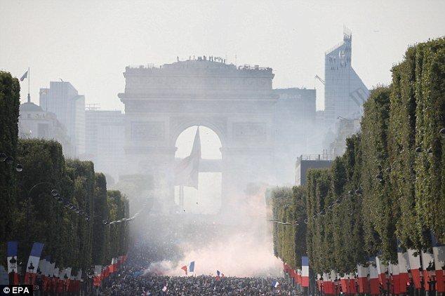 Video, hinh anh: Paris 'rung chuyen' mung tuyen Phap vo dich World Cup 2018 hinh anh 3