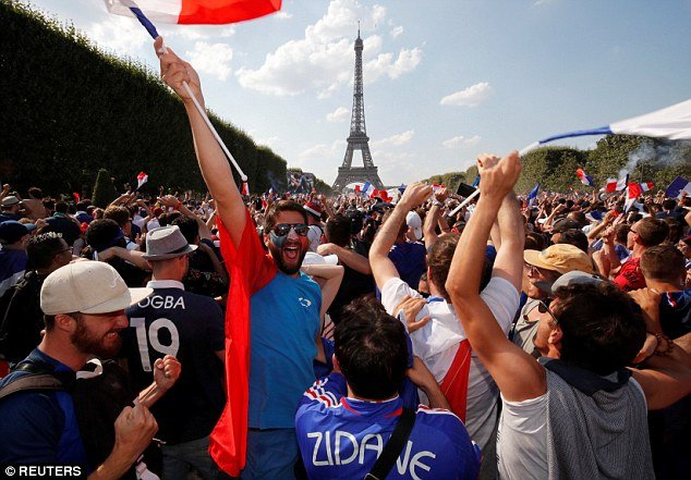 Video, hinh anh: Paris 'rung chuyen' mung tuyen Phap vo dich World Cup 2018 hinh anh 6