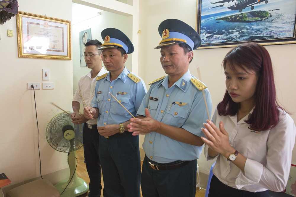 Tham va tang qua cho cac gia dinh phi cong to bay vu tai nan may bay Su30-MK2 va CASA-212 hinh anh 3