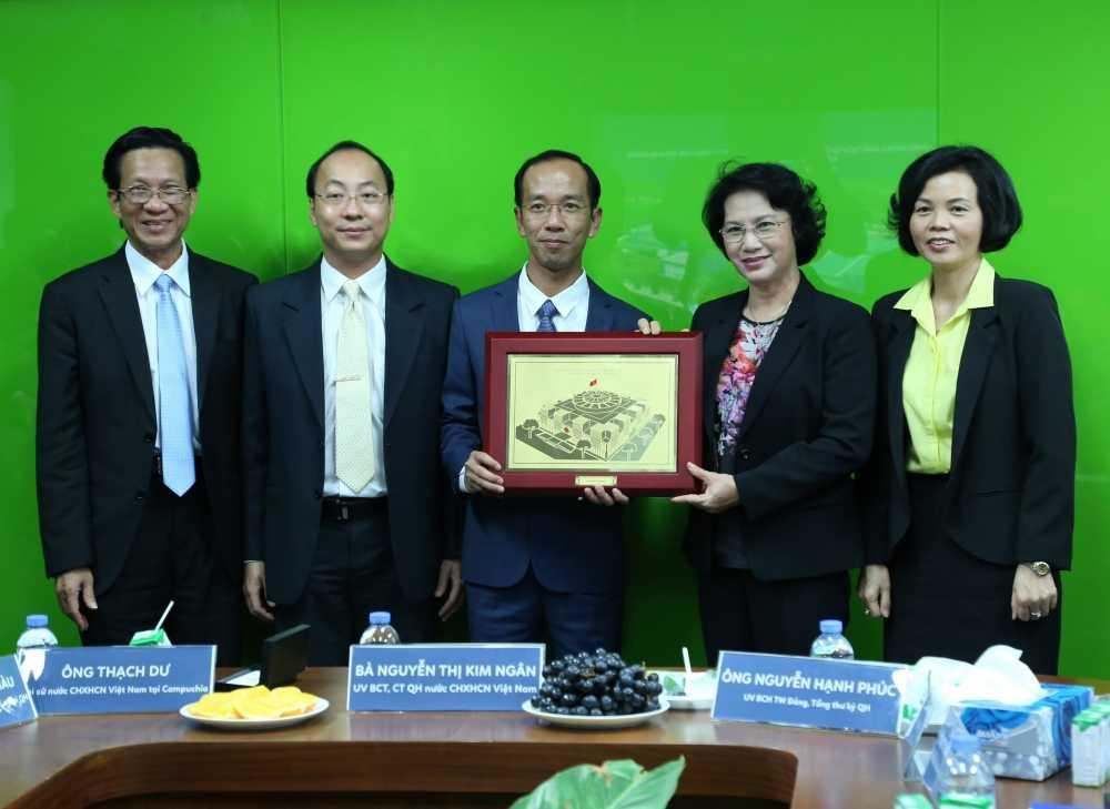 Doan Dai bieu Quoc hoi Viet Nam tham nha may sua Angkor cua Vinamilk tai Campuchia hinh anh 2