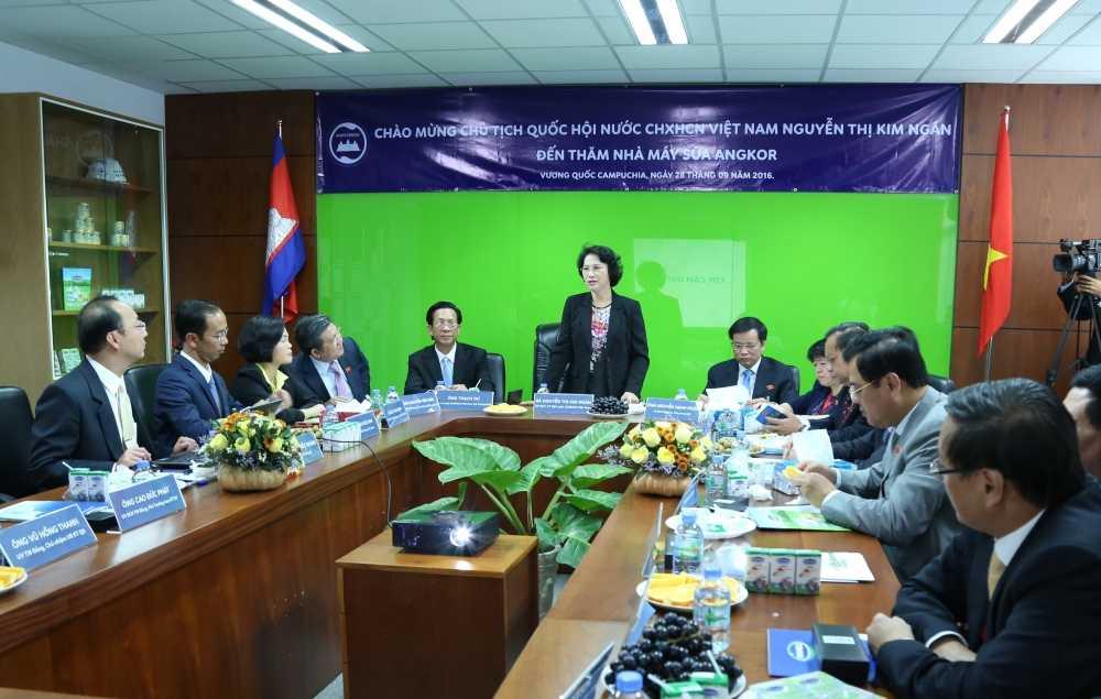 Doan Dai bieu Quoc hoi Viet Nam tham nha may sua Angkor cua Vinamilk tai Campuchia hinh anh 5