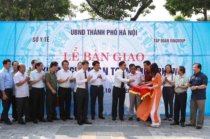 Vingroup trao tang Thanh pho Ha Noi 3 xe kiem nghiem thuc pham hinh anh 1