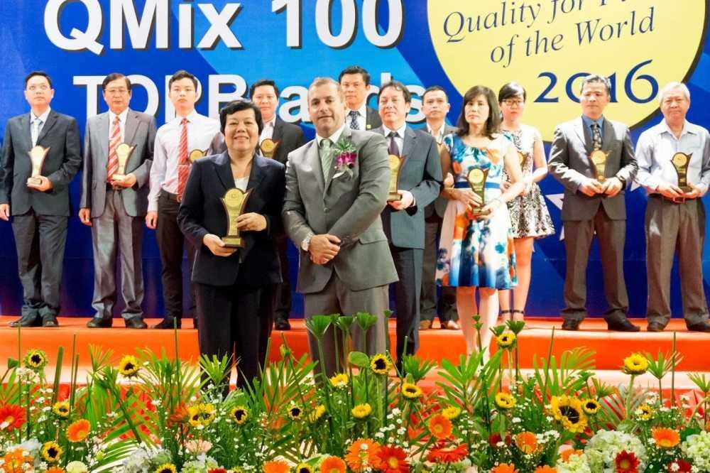 Cong ty Nam Phuong V.N vinh du nhan giai thuong Top Brands 2016 va giai thuong QMix 100 2016 hinh anh 1