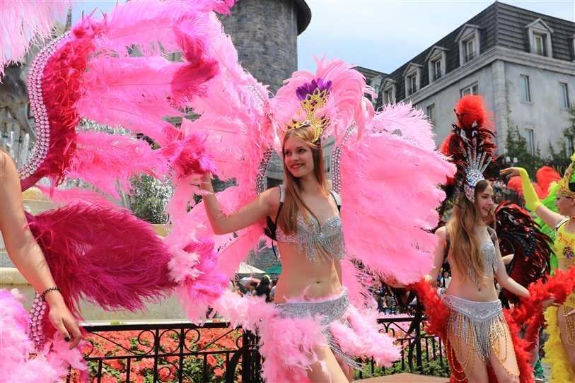 Goi ca mua xuan trong carnival Ba Na Hills hinh anh 2