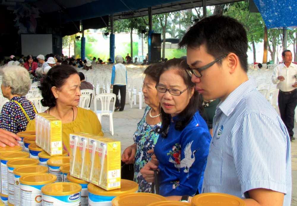 Vinamilk khoi dong hanh trinh cham soc suc khoe cho nguoi cao tuoi nam 2017 hinh anh 7