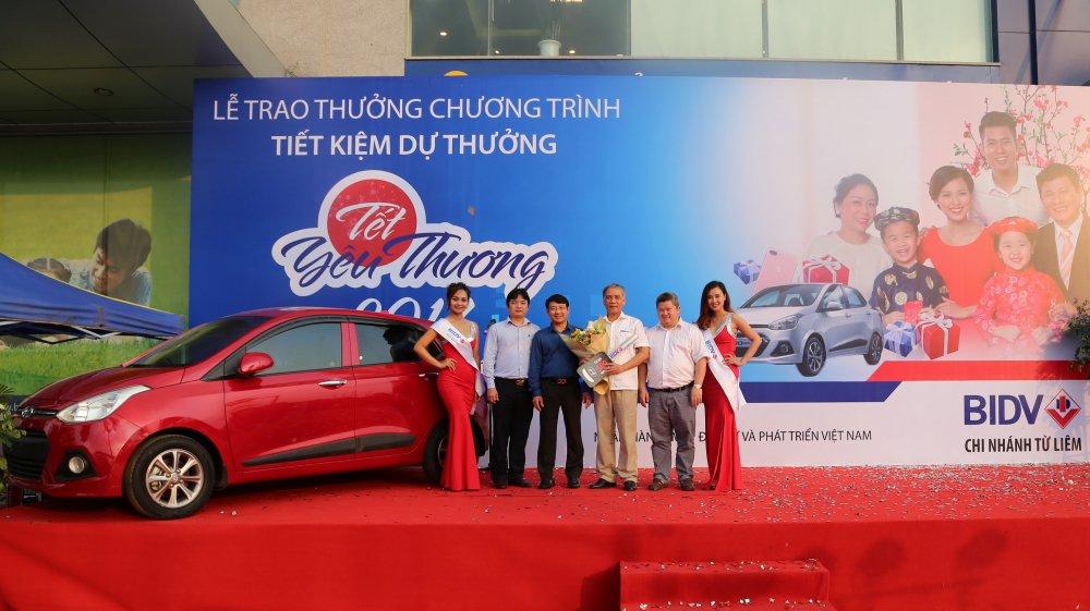 Khach hang BIDV nhan giai 500 trieu dong Chuong trinh tiet kiem du thuong 'Tet yeu thuong 2017' hinh anh 1