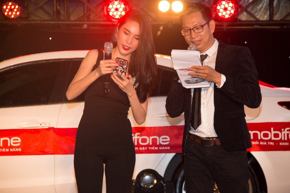 Thuy Tien livestream dem dien hoanh trang ben giai thuong tien ty cua MobiFone hinh anh 5