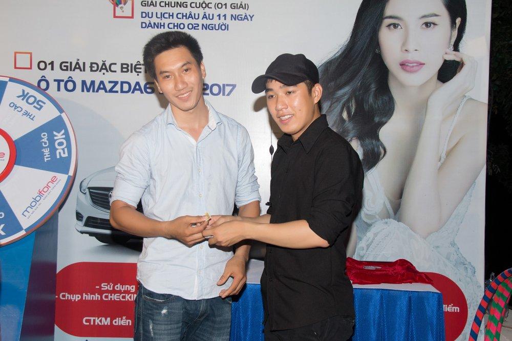 Thuy Tien livestream dem dien hoanh trang ben giai thuong tien ty cua MobiFone hinh anh 9